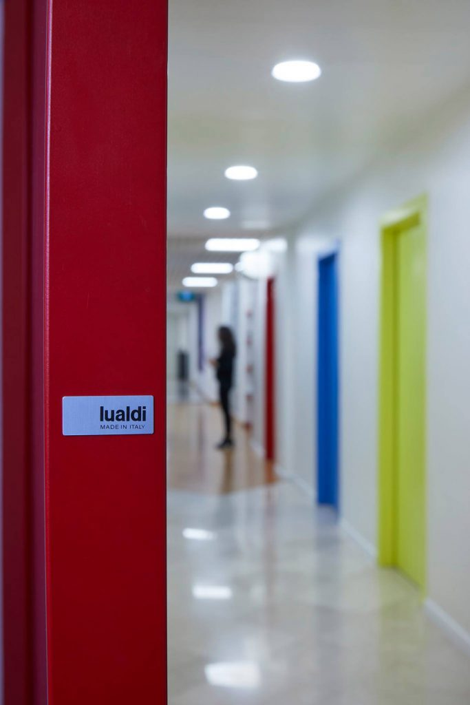 ¿Quién dijo que una puertano podía ser una obra de arte en sí misma? La firma Lualdi, distribuida por Zelari De Nuzzi, atesora argumentos más que suficientes para confirmar la impronta de la puerta de paso en la arquitectura contemporánea.
