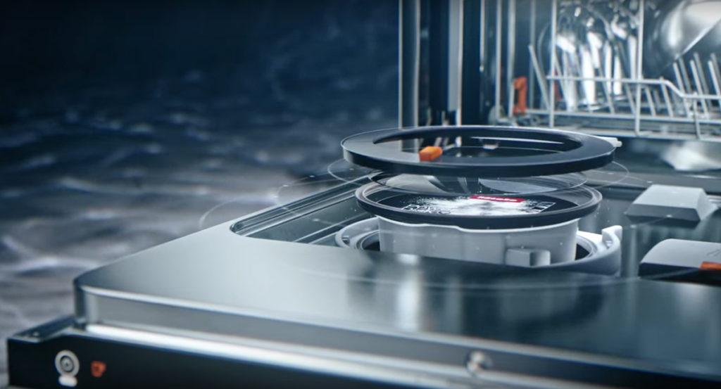 El nuevo dispositivo de dispensación automática de los lavavajillas G7000 de Miele incorpora en la propia puerta del aparato un disco de detergente en polvo que, gracias a un sensor inteligente, libera la cantidad de detergente necesaria para cada programa específico.